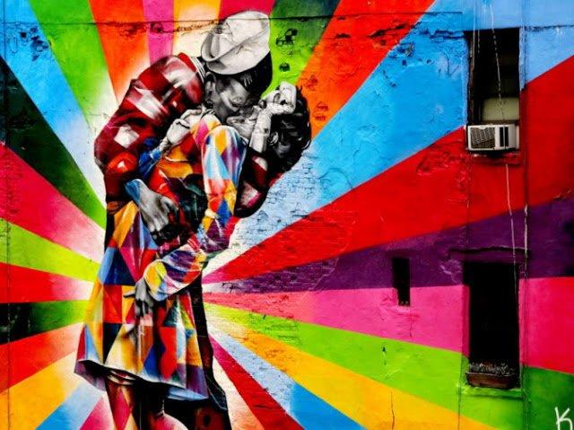 Il murales che raffigura il celebre bacio di Eisenstaedt ad High Line Park, New York City