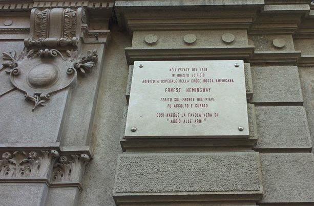 Targa in via Armorari a Milano che ricorda Ernest Hemingway