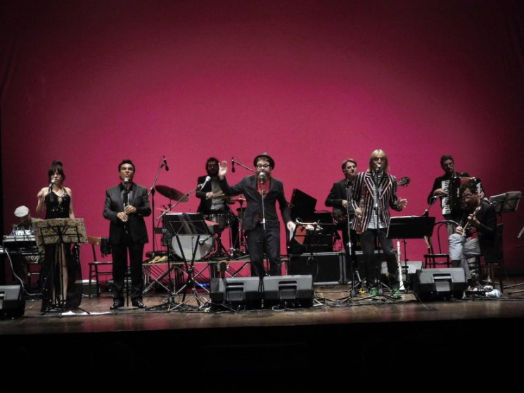 Ferragosto a Milano: l'orchestra spettacolo futurista Extraliscio live al Castello Sforzesco